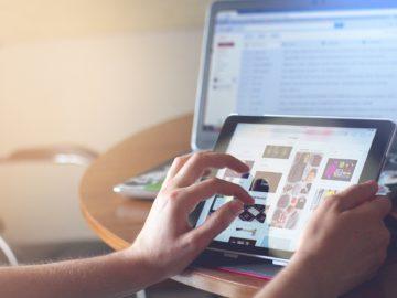 Über Tablet und Laptop wird ein Online-Shop aufgerufen.
